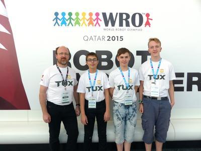 Lehrer Frank Knefel nahm mit seiner Schülern Nico Heitmann, Jonas Werner und László Dirks World Robot Olympiad (WRO) in Doha in Katar teil (von links nach rechts). Das Team hatte unvergessliche Tage
