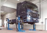 Moblie Column Lift for Heavy Vehicles.Large picture: Lifting a truck.Two small pictures: Handling and operational status at a bus wheel