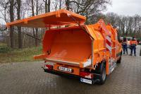 Die Entleerung des Müllgefäßes von oben in der Pressaufbau bietet mehrere Vorteile / Foto: ZÖLLER KIPPER / Mainz / D