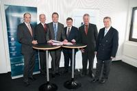 Signing the research agreement between HAVER & BOECKER and the South Westphalia Scientific Association, an affiliated institute of the South Westphalia University of Applied Sciences: Dr. Stephan Hüwel (Haver & Boecker), Prof. Paul Gronau, Reinhard Neundorf, Heinz-Joachim Henkemeier, Prof. Jürgen Bechtloff (South Westphalia University of Applied Sciences) and Dr. Reinhold Festge (Haver & Boecker)