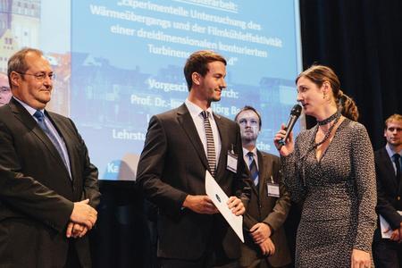 Das Bild zeigt den Preisträger Tino Hummel zusammen mit Dr. Gerhard Ebenhoch, Leiter MTU-Technologie-Management, (rechts) und Dr. Cornelia Hillenherms (DLR; DGLR Präsidium)