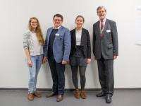 Dr. Hubertus Hess-Grunewald, Präsident SV Werder Bremen, (2. v. l.) und Jürgen-Peter Henckel, Kanzler a. D. der Hochschule Bremen, mit Stipendiatinnen des Deutschlandstipendiums (r.)