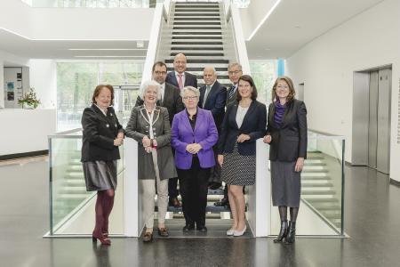 Die Gremienmitglieder der Stiftung: Claudia von Arnim, Alexandra Gräfin Lambsdorff, Dr. h.c. Annette Schavan, Dr. Sabine-Helling-Moegen, Prof. Dr. Helga Rübsamen-Schaeff (vorne, v. l.) sowie Rainer Lüdtke, Olaf Piepenbrock, Prof. Dr. Dr. Pierluigi Nicotera, Wolfgang Clement (hinten, v. l.)