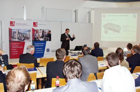 """Die Ergebnisse des Forschungsprojektes """"LeitHyp"""" präsentierte Sergej Diel (Kompetenzzentrum Leichtbau der Hochschule Landshut LLK), Foto: Hochschule Landshut"""