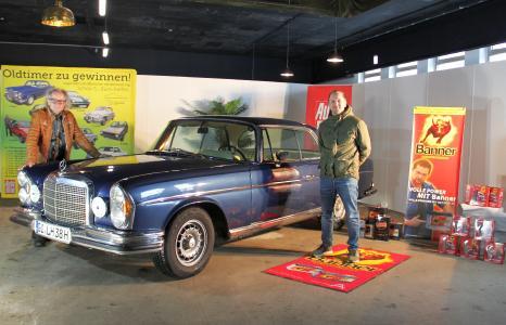 Der 1. Preis, ein Mercedes-Benz 280 SE Coupé, ging an den glücklichen Gewinner Jürgen Buck (re.). Links im Bild: Reinhard Schade, Marketingleiter der Lebenshilfe Gießen e.V.