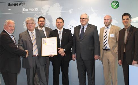 Michael Schmidt bedankt sich bei Alfred Müller für die außergewöhnlich gute Zusammenarbeit und überreicht die Urkunde