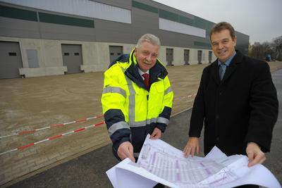 Bauen mit dem Süd-Hub einen neuen Knotenpunkt für Teilladungen: Jochen Eschborn, Vorstandsvorsitzender der ELVIS AG (l.) und Thomas Schwarz, Geschäftsführender Gesellschafter der Firmengruppe Schwarz. (Foto: Sputnik GmbH)