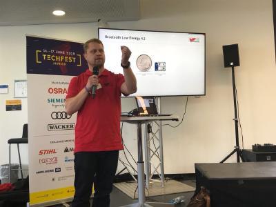 Paul Gundelach, Field Sales Engineer bei Würth Elektronik eiSos im Bereich Wireless Connectivity, erklärt technische Features seiner drahtlosen Funkmodule (Bildquelle: Würth Elektronik eiSos)