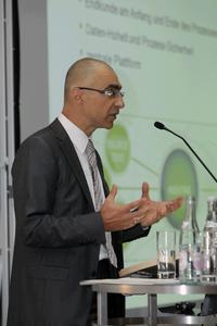 """""""Language Technology meets Business Intelligence"""" mit diesem Thema eröffnete Niko Henschen, Geschäftsführer von Across Systems, die Anwenderkonferenz."""