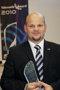 "Frank Biermann, mobileObjects AG, nahm 2010 den Pokal in der ""Königsklasse"" - der Kategorie Fuhrparkmanagement engegen (Bild:Telematik-Markt.de)"