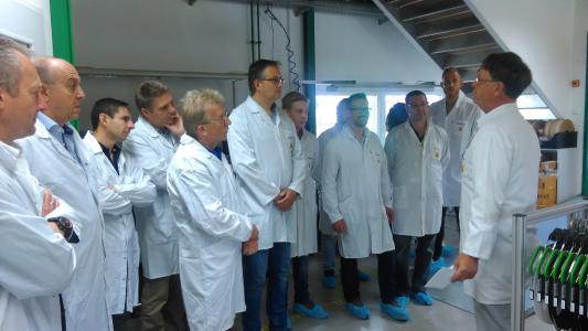 Bei einer Führung durch die Produktion konnten die Teilnehmer am OPERTIS Partnertag einen Eindruck von den einzelnen Produktionsschritten gewinnen
