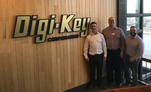 Nicholas Ribton (Managing Director, Jauch Quartz UK), Tim Loe (Frequency Product Manager, Digi-Key) et Paul Benson (Strategic Business Manager, Jauch Quartz UK)