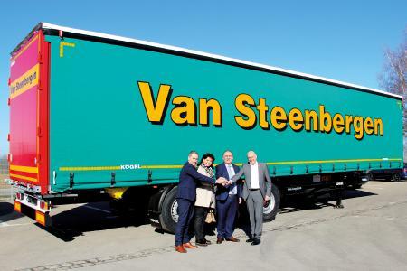 de gauche à droite : Ronald Kroesen, membre de la direction de Kögel BeNeLux B. V., Patricia Maes, épouse de Marc Van Steenbergen, Marc Van Steenbergen, dirigeant de Van Steenbergen Transport et Josef Warmeling, membre de la direction de Kögel