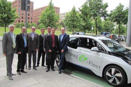 von links nach rechts.: F. Schneider, Referent Vd TÜV, M. von Tippelskirch (Geschäftsführer Carano), N. Natzke (Gesamtprojektleiter Shared E-Fleet, Carano), D. Sanchez (Modellversuchsbetreuer Carano), H. Schneider, (Geschäftsführer Yoove), C. Liebich (Referent BMWi), G. Lobenberg (Leiter emo Berlin)