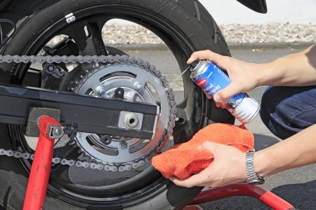 Wer die Antriebskette des Motorrads regelmäßig pflegt, zögert den Verschleiß hinaus und verlängert damit ihre Lebenszeit, Quelle: Caramba