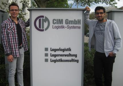 Die beiden neuen Auszubildenden Lukas Kurz (l.) und Soheb Mussa haben am 1. September ihre Ausbildung bei der CIM GmbH begonnen