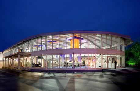 Kaum mehr mit Zelten von damals zu vergleichen: Hier das Emporium Apsis Arcum, eine zweistöckige Losberger Zelthalle mit Rundbogendach für den Event- und Ausstellungsbetrieb.