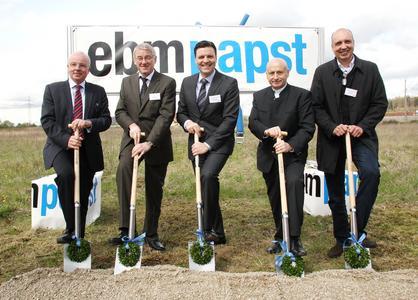 Von links: Wirtschaftsförderer Johan Winklmaier, ebm-papst Werksleiter Karl Ruhland, ebm-papst Geschäftsführer Stefan Brandl, Oberbürgermeister Hans Rampf und Architekt Anatol Siwasch