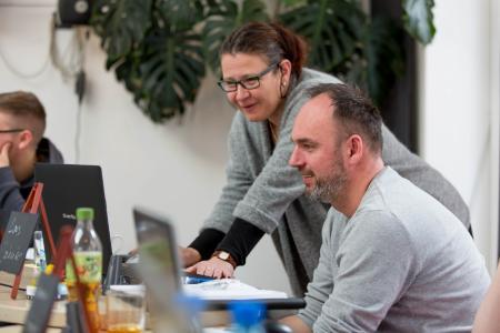 Am Laptop kann Beate Volkmann dem Teilnehmer Lars Jahnke gleich das richtige Einpflegen der Stammdaten erklären