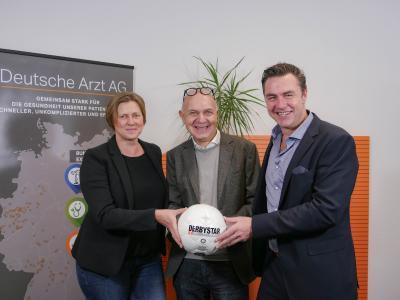 FVM-Präsident Bernd Neuendorf überglücklich über die neue starke Partnerschaft, umgeben von NOVOTERGUM Geschäftsführer Markus Schattling (r.) und der Bereichsleitung für Unternehmensentwicklung Andrea Niehaus.