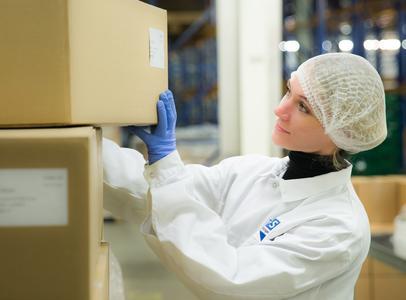 Geschulte B+S-Mitarbeiter übernehmen im Lager nicht nur die Qualitätssicherung, sondern auch die Kommissionierung und Konfektionierung der Ware / Foto: B+S GmbH