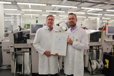 Christian Lipke, Produktionsleiter bei Sagemcom Dr. Neuhaus, und Dirk Engel, Leiter Produktmanagement bei Sagemcom Dr. Neuhaus, nach Erhalt der Baumusterprüfbescheinigung (v.l.n.r.)