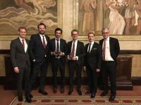 Stolze Preisträger für eine erfolgreichen IPO: Dr. Michael Pistauer, Vorstandsmitglied der VARTA AG (3. von links) und das Team der Berenberg Bank bei den Equity Capital Markets Awards / Quelle: VARTA AG
