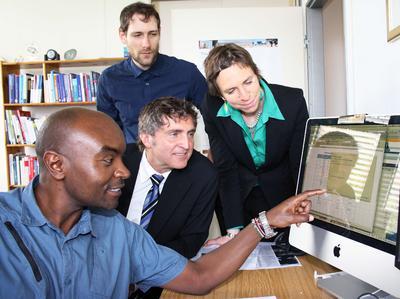 Teilen sich ein Büro – und lernen viel voneinander: Josphat Mukabi, Prof. Dr. Thomas Schmidt, Janntje Böhlke-Itzen und Martin Kühn / Foto: Gatermann