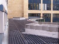 Die durchgängig verlegte Dränageschicht dient bereichsweise als verlorene Schalung, um unter den Abgrenzungen ein Betonfundament setzen zu können.