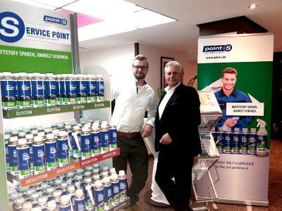 Jonas Jeskolski (Servicetechniker, links) und Hans-Jürgen Schmidt (Vertriebsleiter National, bluechemGROUP) präsentieren die Produkte für point S