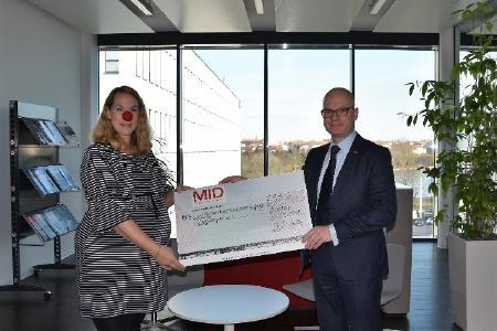 MID- vorsitzender Geschäftsführer Dr. Martin Müller mit Anja Richardson, Clownprojekt e.V.
