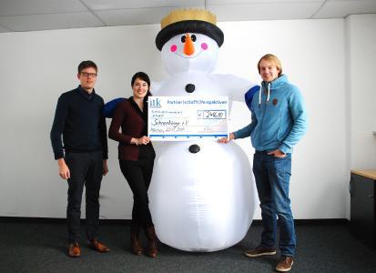 Alexander Prahl von ITK Engineering (links) mit Cornelia und Fabian Pagel von Schneekönige e.V. bei der Spendenübergabe in München / Foto: ITK Engineering