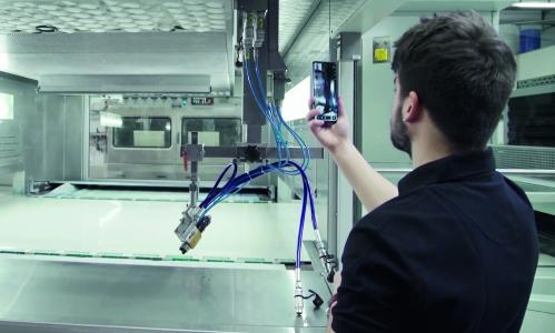 Using augmented reality, the service technician virtually intervenes in the room that he and the plant operator are currently looking at. By means of pointers or the display of symbols, he gives the operator concrete instructions for action