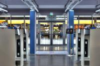 Foto: R&S QPS200 Sicherheitsscanner im Einsatz bei der Sicherheitskontrolle am Flughafen © Rohde & Schwarz