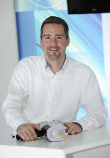 """Dr. Adrian Jung, Chemiker im 3M Forschungszentrum in Neuss und Erfinder des so genannten """"Ampelklebstoffs"""" / Foto 3M"""
