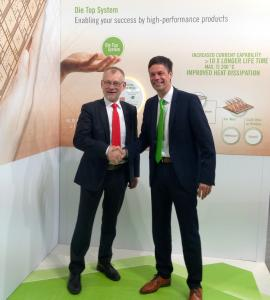 Claus Petersen, CEO of Danfoss Silicon Power, and Frank Stietz, president of Heraeus Electronics, at the signing of the cooperation agreement / Quelle: Heraeus