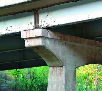 Abb. 2: Der Korrosionsschutz an beschichteten Brücken muss regelmäßig instandgesetzt werden / Foto: Achim Hering)