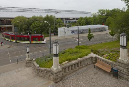 Die Radstation in unmittelbarer Nähe zum Erfurter ICE-Bahnhof wurde auf einem tortenstück-ähnlichen Restgrundstück erbaut, Foto: Michael Miltzow