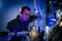 Der Physiker Dr. Nicolas Néel am neuen Tieftemperatur-Rastertunnelmikroskop der TU Ilmenau (© TU Ilmenau/André Wirsig)