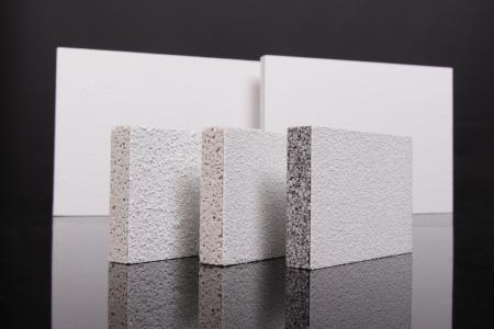 Mikropor Platten aus Blähglas mit unterschiedlich feinen Akustikbeschichtungen. Vorne rechts ist die Akustik-Kühldecke Mikropor G FWA Cool abgebildet, die sich durch eine auf den speziellen Anwendungsfall optimierte Wärmeleitfähigkeit auszeichnet. (Foto: Dennert Poraver GmbH)