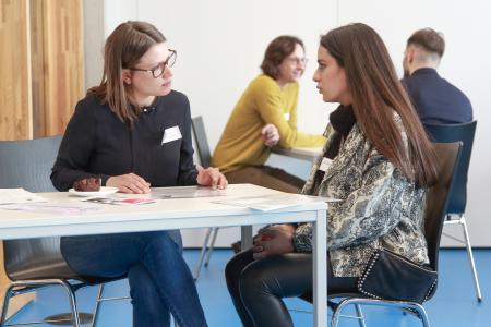 Speed Dating mal anders – im direkten Gespräch mit Vertretern hatten internationale Studierende nun die Möglichkeit, mit Unternehmen in Kontakt zu kommen