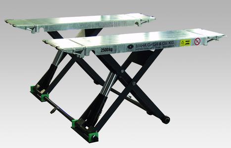 Mobile short stroke scissors lift SOLO III 2.5 M as a continuing advancement of the previous model SOLO II 2.5 M