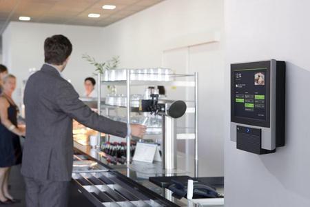Einsatzszenarien für den INTUS 6200 Informations-PC sind Menübestellung und Kartenaufladung in der Kantine, Webzeiterfassung, Employee Self Service oder Personaleinsatzplanung