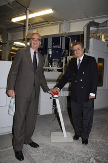 Dr. Gustav Krogbeumer (managing director of Phoenix) and Dr. Reinhold Festge (managing director of Haver & Boecker) energise the HAVER ROTO CLASSIC? by symbolically pressing the start-button