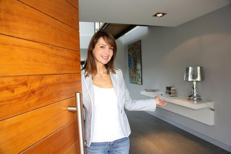 Die Haustür aus Holz ist als Visitenkarten des Hauses das wichtigste architektonische Gestaltungselement für die Optik der Fassade (Bildquelle: Remmers Baustofftechnik, Löningen)