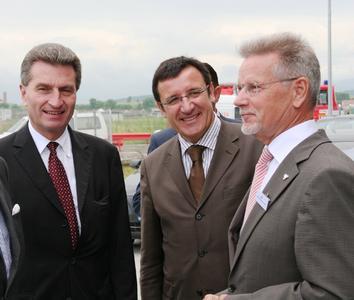 Hohen Besuch aus Baden-Württemberg konnte Manfred Wittenstein (rechts), Vorstandsvorsitzender der WITTENSTEIN AG, zur rumänischen Werkseröffnung in Sura Mica begrüßen