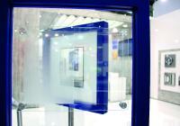 Sicherheitsscheiben von HEMA sind jetzt auch kratzfest: Das SRIW-Panel mit extrem harter, transparenter PERLUCOR®-Keramik-Auflage verhindert ein Erblinden der Scheibe durch trockene Späne oder Strahlmedien wie Granat oder Korund