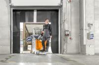 Dank des ergonomischen Deichselkopfes können Bediener ohne Umgreifen alle Fahr-, Hub- und Senkfunktionen erreichen. Die geringe Breite von nur 720 mm unterstützt zusätzlich die Manövrierbarkeit vor allem im Rampeneinsatz, Fotos: STILL GmbH