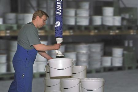 Vakuum-Schlauchheber JumboFlex, ausgerüstet mit einem Standard-Einzel-Sauggreifer zum Handhaben von Eimern und ähnlichen Gebinden bis 20 bzw. 35 kg Gewicht.