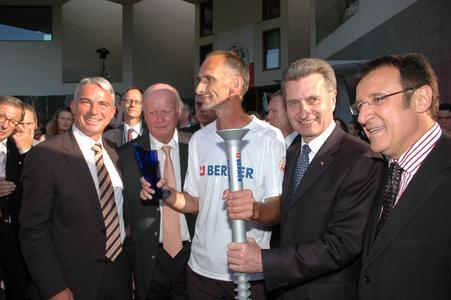Ministerpräsident G.Oettinger (2.v.r.) begrüßt gemeinsam mit Minister W.Reinhart,Berner-Firmengründer A.Berner und dem Bundestagsabgeordneten T.Strobl (v.r.) den Ultraläufer J.Mennel,der in fünf Tagen die Strecke von Künzelsau bis nach Berlin zurücklegte